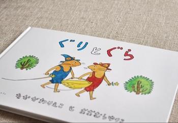 大人の私達も子供の頃読んだなぁと記憶にある有名な「ぐりとぐら」の本です。ぐりとぐらのかわいい絵ももちろんおすすめのポイントですが、思わず食べたくなってしまうカステラなど絵本独特のほっこりとしたシーンが楽しい1冊です。