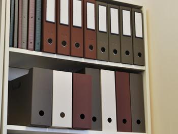 カラーは、日本の伝統色である灰白、栗色、鈍色の3色。スモーキーでシックな色使いが、お部屋のインテリアを落ち着いた雰囲気に演出してくれます。