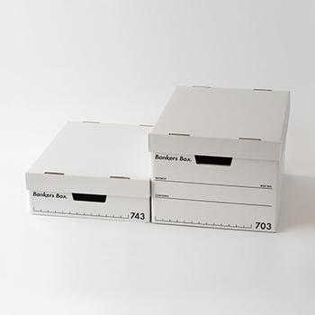 収納ボックスの定番Fellowes(フェローズ)社のバンカーズボックスです。もともと銀行で使う大量の書類を保存するために作られたこちらのボックスは、段ボールとは思えないくらい頑丈で、アメリカの企業では現在も普通に使われているそうです。