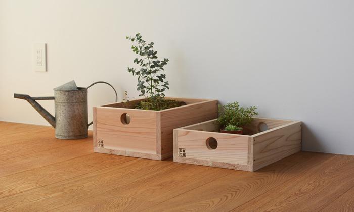 2011年に「地域のものづくりの場」として石巻に誕生したDIYメーカー「石巻工房」。そんな石巻工房の木製収納ボックスは、ワインケースやリンゴ箱をモチーフにしたナチュラルで素朴な外見ながら、日常生活で使いやすいサイズとなっています。
