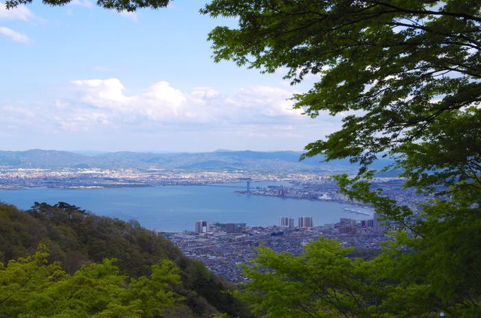 日本最大の湖・琵琶湖や伊吹山・比良山系などの山々といった豊富な自然はもちろん、比叡山延暦寺や彦根城などの歴史的文化財も多くある滋賀県は観光地としても人気です。