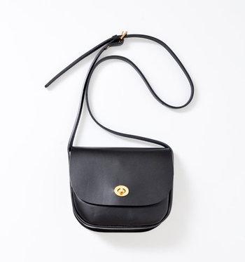 上質なレザーで丁寧に、時間をかけて作られたバッグ。ころんと丸いフォルムに、最低限のおでかけグッズが入るオトナサイズ。肩掛けと斜め掛けの両方で使えるのでシーンに合わせて使い分けも◎。メイドイン・イングランドらしい気品溢れるデザインと確かなつくりが、普段の装いも上品な雰囲気にランクアップしてくれます。