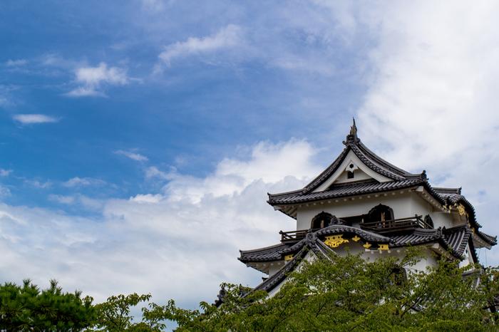 江戸時代の城下町・彦根。国宝にも指定されている彦根城や名勝玄宮園、江戸時代の町並みをイメージした夢京橋キャッスルロードなど見どころがたくさんあります。