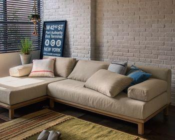 お部屋に広さがあるなら断然おすすめなのは、カウチソファ。 カウチソファは別名「寝椅子」とも呼ばれるほど横や縦に座面が長く、足を伸ばしても余裕。ベッド代わりとしもOK。 ▷カウチソファー SIEVE rect unit sofa