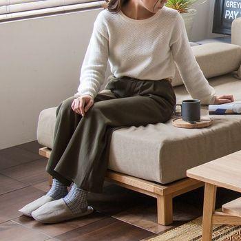 ソファの高さはお好みで選んでも大丈夫。一般的には高い方が立ち上がりやすいと言われています。 リラックス度が高いのはロータイプ。昔ながらの床暮らしに近く、くつろぎやすいようです。  狭いお部屋を広く見せてくれるメリットもあります。