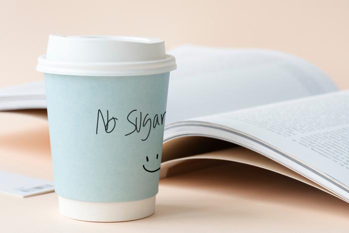 """長いフライトの中で何回かドリンクサービスがまわって来ます。そしてこう聞かれるはずです。  「Would you like something to drink(お飲物はいかがですか?)」。こう質問されたらこう答えましょう。 「Yes, please.(はい、お願いします)」  その次に、「What would you like to drink?(何にしますか?)」や「Tea or Coffee?(お茶かコーヒー、どちらにしますか?)」など、何が欲しいか聞かれるので、自分の飲みたいドリンクの名前を伝えましょう。答え方はこうです。  「Orange juice, please.(オレンジジュースでお願いします)」""""Please""""の前に自分の欲しいドリンク名を入れて「飲み物 ,+ please.」で使ってくださいね。"""