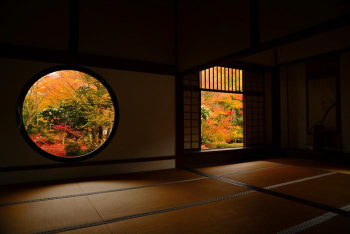 「源光庵(げんこうあん)」にある丸い「悟りの窓」と四角い「迷いの窓」。窓越しに見る紅葉は何とも言えない美しさ。それぞれの窓に深い仏意が込められています。じっと座って自身の心も一緒に見つめたいですね。人が少ない朝一番がおすすめです。