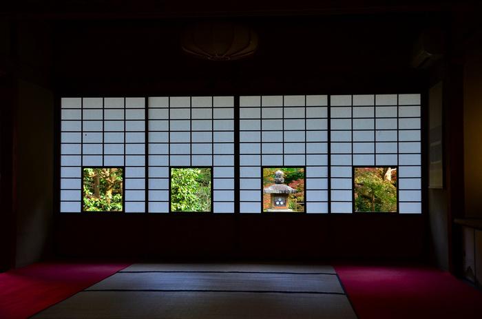 「雲龍院(うんりゅういん)」は高台にある為か、比較的静かに紅葉を楽しめる穴場的スポット。写真は「蓮華の間」。障子窓から椿、灯篭、紅葉、松と4つの異なる色紙のような景色が楽しめます。 他にも窓ごしに庭の景観を楽しめる「悟りの間」や「大輪の間」あり、様々な「額縁庭園」を味わうことのできるお寺です。