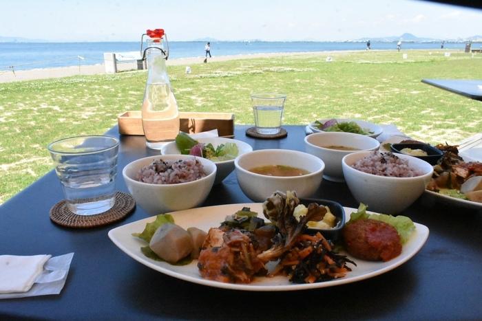 近江の有機野菜をたっぷり使ったヘルシーなマクロ美ランチプレートは人気メニュー。テラス席からは琵琶湖が見渡せます♪