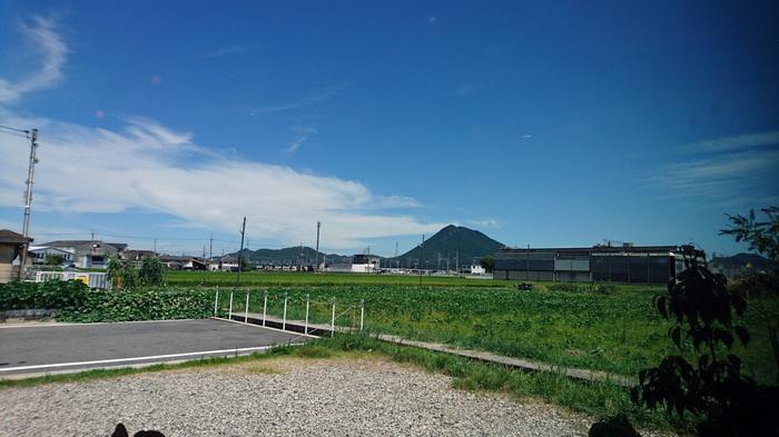 窓からは守山の田園や近江富士といわれる三上山が見え、のどかな雰囲気です。