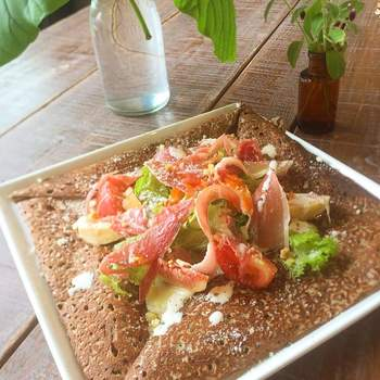 守山市浮気町の住宅街にある「ガレット&カフェ クランプーズ」。叡山産そば粉や地元産の野菜が使われており、素材にもこだわった本格ガレットのお店です。