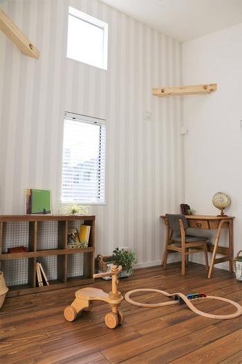子供部屋の壁紙は掃除しても気をつけていても汚れたり傷がつきやすいものです。そこで、表面がコーティングされていたり、汚れに強い壁紙を選ぶようにしましょう。
