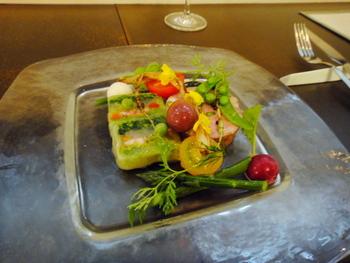 近江八幡産の旬野菜を使った彩り鮮やかなサラダやテリーヌなど、野菜の色を生かしたお料理の美しさが見事です。