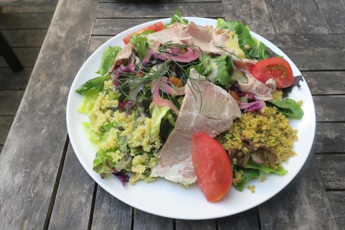 ランチメニューの、大きなハムが乗った「ミートサラダ」は、カレー味のクスクスやキヌア、たっぷりのお野菜でとってもボリューミー。