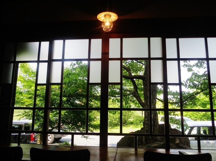 近江八幡市円山町にあり、現在はユースホステルとして利用されている明治時代の有形文化財「旧蒲生郡勧業館」の中にあるカフェ。歴史を感じる趣き深い雰囲気です。