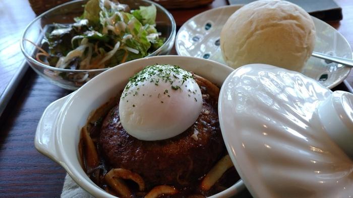 ランチのおすすめメニューは近江牛合挽ミンチの煮込みハンバーグ。ポーチドエッグが添えられておいしそうです!