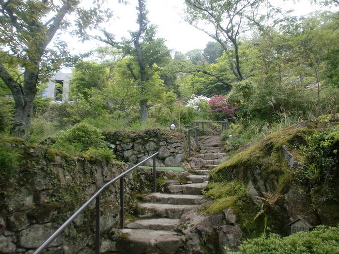 長命寺水ヶ浜にある、眼下に琵琶湖を望む丘の上にあるフレンチレストラン。階段の上にお店があります。