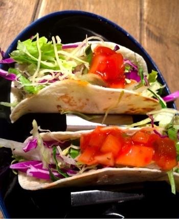 色鮮やかで野菜たっぷりなサーファーズタコス。他にもパンケーキやコブサラダ、メキシコピザのケサディーヤなどインスタ映えしそうなメニューがたくさんです。