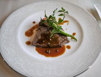 琵琶湖産の小鮎や近江牛などのお料理に、パンも近江八幡の人気店「デュ・ ルヴァン」のものとのこと。滋賀ならではの素材が使われたおいしいフレンチです。