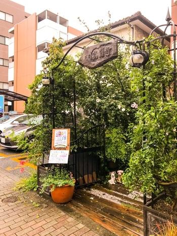 芸人さんや役者さんも愛する街・高円寺にある、静かな空気の流れるカフェ。駅から徒歩約7分の場所にあります。