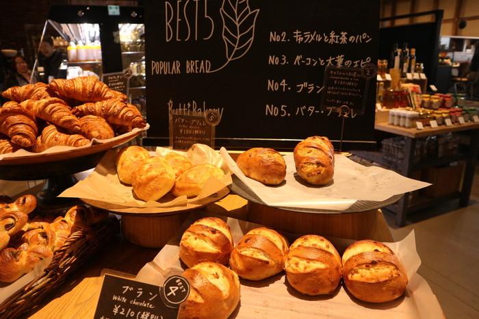 選ぶのに迷ってしまうほど種類豊富なパンは、定番から季節限定メニューまでさまざま。どれにしようかパンを眺めながらじっくり悩むのもまた至福の時間。店内にある季節の人気ランキングは見逃さないで。「ぶち美味しいパン」をご賞味ください。