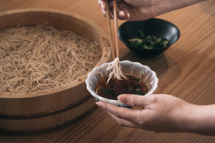 素麺、ひやむぎ、蕎麦、うどんなど麺類のつゆとしては勿論、天つゆ、煮物、おでん…などなど、和食作りにあると便利な万能調味料「めんつゆ」。そもそも「めんつゆ」というのは、その名の通り、麺類に使用されることを目的に作られた調味料。