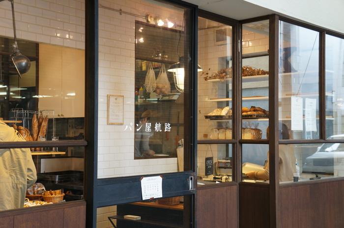 駅前の商店街に温かな光を灯す、尾道人気のパン屋さん「パン屋航路」。ガラス張りの外観からみえる店内は、いつもたくさんの人で賑わっています。扉を開けると笑顔溢れる元気な店員さんがお迎えしてくれます♪