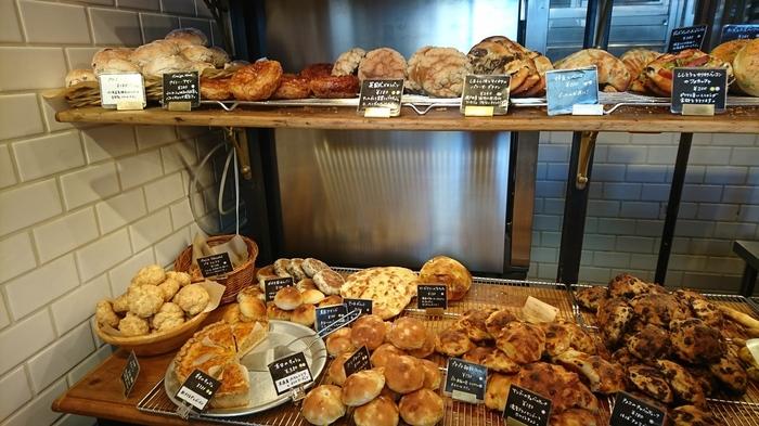開店数時間後には売り切れてしまうパンも多数。ひとつひとつお店で手作りしているパンは、ベーシックなものから他のパン屋さんではあまり見かけないような、ちょっと変わった種類までずらりと並んでいます。