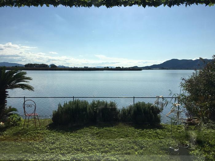 安土町下豊浦にある湖畔レストラン「プティキャナル」。窓際やテラスからは、琵琶湖最大の内湖「西の湖」を一望できます。