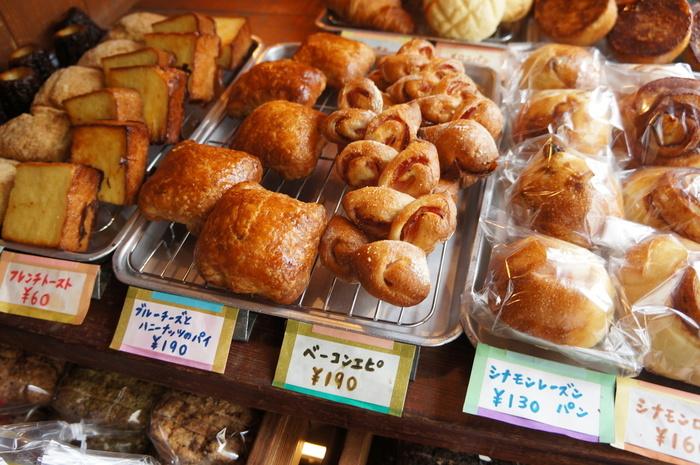 昔懐かしい銀プレートに並べられたパンたちがお出迎え。お店の方がパンに込めた愛情と丁寧さが伝わってくるような優しい味。小さいお店ながら種類は豊富です。なくなり次第販売終了なので少し早めの時間を狙って行くのがおすすめ。