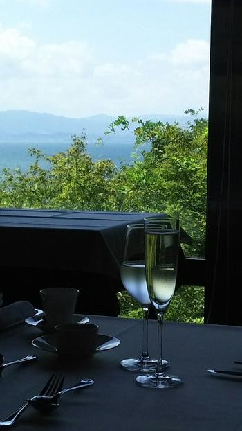 おいしいフレンチを食べながら、琵琶湖を一望。極上のロケーションを楽しめます。