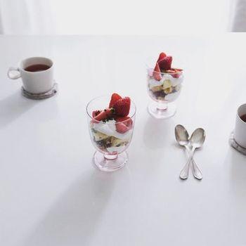 |@mamezoxx_toda さんより  キナリノでもお馴染みの、フィンランドのテーブルウェアブランドiittala。 北欧の食器は、無駄を削ぎ落とした美しいデザインと、使う人目線にたった機能性が特徴。小さなワイングラスのような佇まいは、もちろんワインも、ミルクも、コーヒーも、ちょっとしたドリンクをフォトジェニックに変えてしまう素敵グラスです。こんな風に、3時のおやつに手作りトライフルを作ってブレイクも◎。