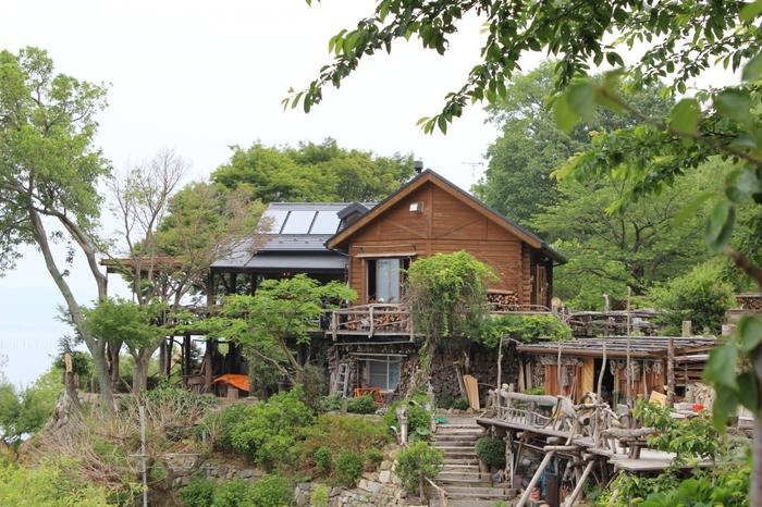 長命寺水ヶ浜の湖畔に建つログハウス風のカフェ「シャーレ水ヶ浜」。比良山系や沖島を見渡せる絶景スポットとしても人気です。