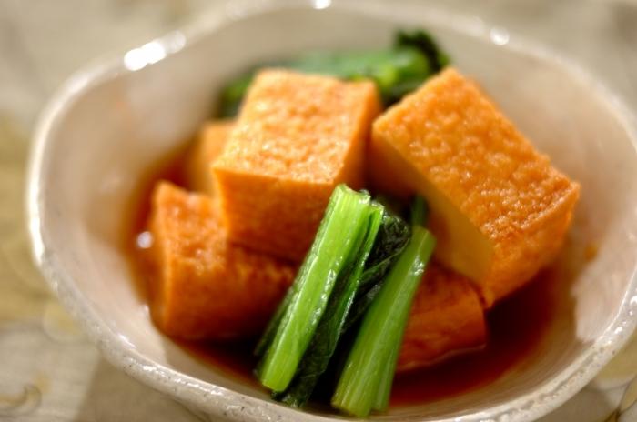 厚揚げと小松菜でつくるシンプルな煮びたし。めんつゆが味を調えてくれるので、余計な調味料はいりません。食べる時間に合わせて、早めに作っておくと味が素材によく馴染み、より美味しく頂けます。