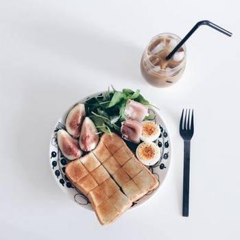 |____kaorimizutama____ さんより  iittalaと並ぶ、北欧を代表するブランドArabia。フルーツや植物柄が描かれたParatiisiは、発売から半世紀経った今でも絶大な人気を誇るシリーズです。お皿が見えなくなるくらい朝食メニューを乗せて、お腹いっぱいになる頃にはお気に入りのお皿の顔が覗く・・・。素敵な一日の始まりにもぴったりですね。