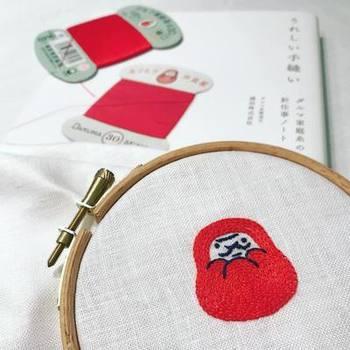 |@mintbouquet さんより  ダルマのマークが目印のちょっぴりレトロな家庭糸。創業115年の老舗メーカーが紡ぐ手縫いのうれしいエピソードが詰まった一冊です。きっと、読み終わるころにはあなたのチクチクスイッチもONに!?