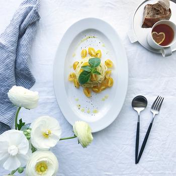 |@____aa.zz____ さんより  ポルトガルを代表するカトラリーブランドCutipol。職人の手によって一本一本丁寧に仕上げられた美しいデザインは、実は人間工学に基づいておりその使いやすさもお墨付き。真っ白な食卓をキリリと引き締めるブラック×シルバーの組み合わせがスタイリッシュです。