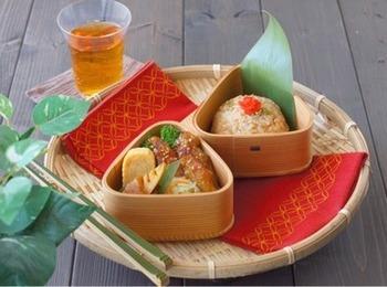 手羽中を中華風ドレッシングに漬け込んで、唐揚げに。炒飯や中華春雨サラダを合わせています。しっかり味がついているので、冷めてもおいしいお弁当です。