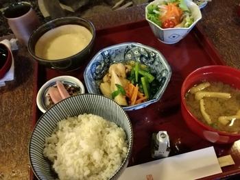 素朴な味のとろろ膳が人気。メインは季節の炊き合わせ・バームクーヘン豚・近江牛ステーキから選べます。