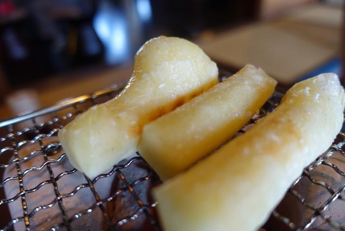 炭火で焼く焼き餅も人気。手元の七輪で焼き、小豆と一緒にいただきます。