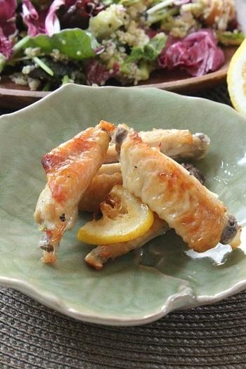 酸味とうまみ、香りのバランスが抜群のレモンとガーリックのたれに漬け込んで。あとは、トースターで焼くだけなので、おつまみにもお弁当にも便利です。