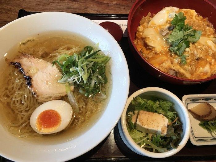 親子丼だけでなく、比内地鶏から出汁をとったコクのあるラーメンも評判です。透明なスープにちぢれ麺、鶏肉のチャーシューと味付け煮玉子も絶品です。