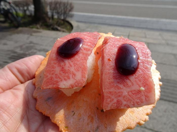 店頭の屋台では、エビ煎餅の上に載った近江牛の握り寿司が食べられます。時間がない時や、お腹に余裕を持たせたいときなどおすすめです♪