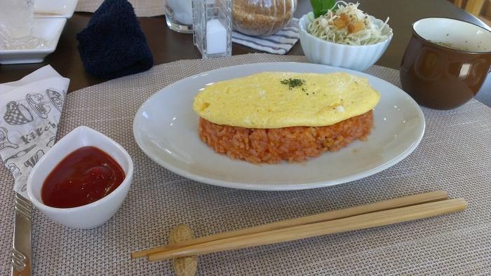 魚介風味のケチャップライスにふわふわの玉子がのったオムライスは700円。コスパのよいランチがいただけます。