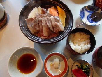 和菓子のイメージが強い叶匠寿庵で、岡喜本店直営牧場の近江牛を使った陶板焼き膳ランチが食べられます。