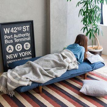 リクライニング機能とは背もたれやアームが何段階かに倒れ、好みの型を楽しめる機能のこと。 型を変えられるので、来客時はきちんと、1人時間はリラックスモードにと機能的。 ベッド代わりに使用しても寝心地も優秀です。