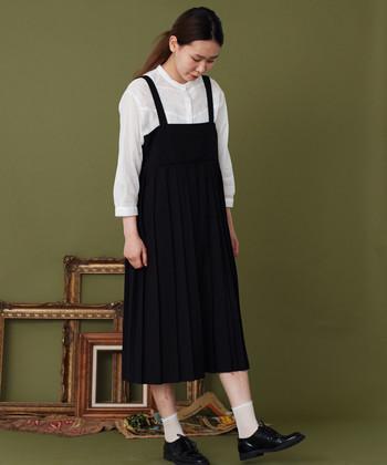アシンメトリーなプリーツがかわいい吊りワンピースは、どこかノスタルジックな気持ちを呼び起こすデザイン。夏の終わりにはTシャツを、秋になったら長袖ブラウスをインして季節に合わせた着こなしを♪