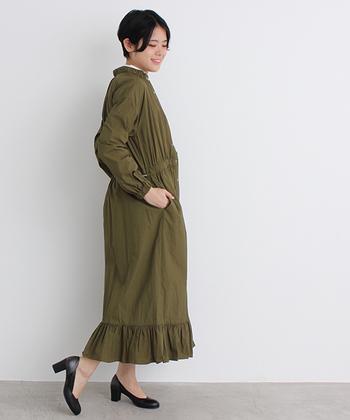 こちらは羽織りとしても、前を閉じてワンピースとしても着ることのできるアイテム。ギャザーがふんだんにあしらわれた女性らしいデザインでも、カーキのカラーなら甘くなり過ぎません。