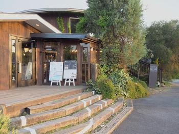 大津市堅田の浮御堂にも近い緑地公園の北隣、目前に琵琶湖が望めるカフェです。