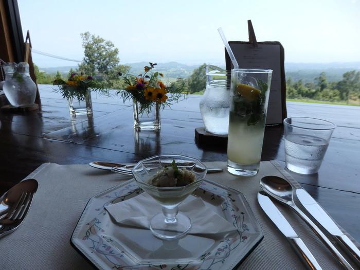 窓やテラスからは琵琶湖を見下ろす絶景が広がります。